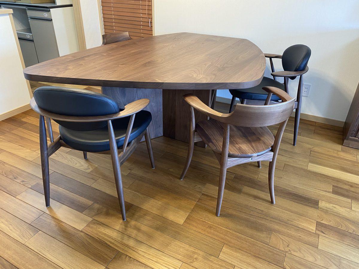 ウォールナットインテリア空間に土井木工・ミーオラウンドテーブルを納品