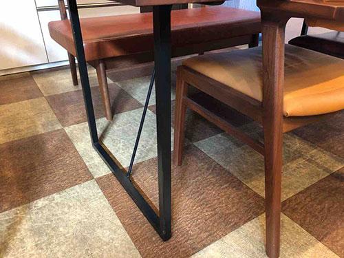 イマダ・厚さ42ミリのウォールナット無垢仕様のテーブル・リスタ1600